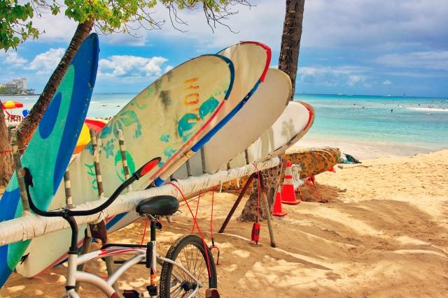 サーフィンの持ち物【リスト】初心者向けから女性編まで一括チェック